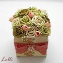 Zöld rózsás virágdoboz - virág box, Esküvő, Otthon, lakberendezés, Esküvői dekoráció, Asztaldísz, Zöld habrózsákkal és apró barack selyem bimbókkal díszített vintage stílusú elegáns ajándék virágdob..., Meska