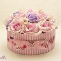 Egyedi rózsaszín rózsadoboz - virág box virágdoboz, Otthon, lakberendezés, Esküvő, Asztaldísz, Esküvői dekoráció, Halvány rózsaszín és lila habrózsákkal, valamint fehér hortenziákkal díszített kerek ajándék virágdo..., Meska
