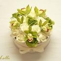 Zöld-ekrü rózsadoboz - virág box virágdoboz, Dekoráció, Otthon, lakberendezés, Csokor, Asztaldísz, Zöld és ekrü habrózsákkal,  alamint zöld kis orchideákkal díszítettem ezt a kerek ajándék virágdoboz..., Meska