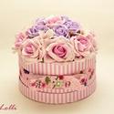 Egyedi kis rózsaszín rózsadoboz - virág box virágdoboz, Otthon, lakberendezés, Esküvő, Esküvői csokor, Asztaldísz, Halvány rózsaszín és lila habrózsákkal, valamint fehér hortenziákkal díszített kerek ajándék virágdo..., Meska