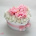 Közepes szív box - virágbox, virágdoboz, Otthon, lakberendezés, Esküvő, Esküvői dekoráció, Nászajándék, Közepes szív virágbox Fehér szív dobozkát díszítettem fehér habrózsákkal és rózsaszín selyemdáliákka..., Meska