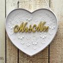 Mr and Mrs szív dekor fotózáshoz, Esküvő, Esküvői dekoráció, Szív alakú papír kartonba aranyra festett Mr&Mrs lézervágott fa feliratot tettem, majd körbe díszíte..., Meska