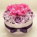 Lila - pink rózsadoboz - virág box virágdoboz - közepes méretű, Otthon, lakberendezés, Esküvő, Esküvői csokor, Esküvői dekoráció, Lila habrózsákkal, pink selyem dáliákkal és ragyogó ékköves gyöngyökkel díszített kerek ajándék virá..., Meska