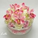 Orchideás virág box virágdoboz - közepes méretű, Esküvő, Otthon, lakberendezés, Esküvői csokor, Esküvői dekoráció, Ekrü és rózsaszín habrózsákkal, mályvás rózsaszín orchideákkal díszített kerek ajándék virágdoboz, v..., Meska