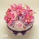 Lila - pink orchideás virágdoboz - virág box virágdoboz - közepes méretű, Otthon, lakberendezés, Esküvő, Asztaldísz, Esküvői csokor, Lila és halvány ciklámen habrózsákkal, pink orchideákkal díszített kerek ajándék virágdoboz, virág b..., Meska