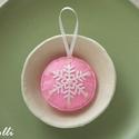 Rózsaszín hópelyhes karácsonyfa dísz, Dekoráció, Ünnepi dekoráció, Karácsonyi, adventi apróságok, Karácsonyfadísz, Rózsaszín és fehér filcből készítettem ezt a 6cm átmérőjű kis díszt, amit akasztóval láttam el. Ékkö..., Meska