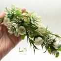 Ekrü-zöld kövirózsás fél fejkoszorú, virágkoszorú, virágkorona fotózáshoz,  esküvőre, Esküvő, Hajdísz, ruhadísz, Ekrü  zöld fejkoszorú apró selyemvirágokkal és kövirózsákkal A koszorú teljes hossza 49cm A mérete á..., Meska