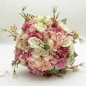 Egyedi ekrü-rózsaszín selyemvirág menyasszonyi örökcsokor, Esküvő, Esküvői csokor, Egyedi ekrü-mályvás rózsaszín menyasszonyi csokor, selyemvirágokból kötve. A szárán csipkével díszít..., Meska