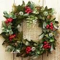 Örökzöld tél - kézzel kötött koszorú, Otthon & lakás, Lakberendezés, Ajtódísz, kopogtató, Dekoráció, Ünnepi dekoráció, Karácsonyi, adventi apróságok, Karácsonyi dekoráció, Koszorú, Minőségi selyemzöldekből készítettem ezt a kézzel kötött zöld koszorút, amit ragyogó piros jeges bog..., Meska
