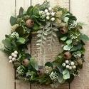 Örökzöld fagyöngy kis koszorú, Otthon & lakás, Lakberendezés, Ajtódísz, kopogtató, Dekoráció, Ünnepi dekoráció, Karácsonyi, adventi apróságok, Karácsonyi dekoráció, Koszorú, Minőségi selyemzöldekből készítettem ezt a  zöld koszorút, amit zuzmóval, fehér bogyókkal, tobozokka..., Meska