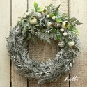 Kis téli zöld koszorú, Egy alapot, havas műtujával, pici termésekkel, ...