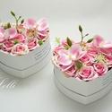 Rózsaszín orchideás szív szülőköszöntő selyemvirág dobozok párban