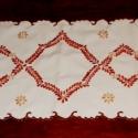 Modern mintás futó, Dekoráció, Otthon, lakberendezés, Lakástextil, Terítő, Hímzés, Barna három árnyalatával hímzett modern mintás, fiatalos asztali futó.  Mérete: 34x83 cm.  Köszönöm..., Meska