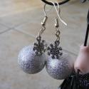 Gömb és hópihe fülbevaló, Egy kis karácsonyi hangulat: ezüst gömb és egy...