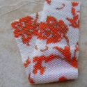 Piros virágok karkötő (méretre igazítható), Ékszer, óra, Karkötő, Saját mintám alapján fűzött kristályos-fehér alapon piros virágos karkötő. Ahogy a képeken is látszi..., Meska
