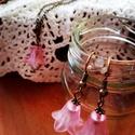 Romantikus szett, Ékszer, óra, Ékszerszett, Nyaklánc, Fülbevaló, Ékszerkészítés, Gyöngyfűzés, Antik bronz színű, keresztszemű nyakláncalapra (nikkelmentes)szereltem rózsaszín akril harangvirágo..., Meska