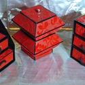 BROKÁTMINTÁS BÁRSONY ékszerdoboz / írószertartó szett /vörös/, Ékszer, Otthon, lakberendezés, Tárolóeszköz, Ékszertartó, Elegáns brokátmintás bársony doboz szett.  Kartonpapírból készült, TARTÓS, igényesen kialakított, kü..., Meska