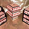 PIROS-FEHÉR KOCKÁS ékszerdoboz / írószertartó szett /fekete alapon/, Dekoráció, Dísz, PIROS-FEHÉR KOCKÁS doboz-szett /fekete alapon/  Kartonpapírból készült, TARTÓS, igényesen kialakítot..., Meska