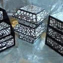 FEKETE-FEHÉR HORGOLT MINTÁJÚ ékszerdoboz / írószertartó szett  /fekete alapon/, Dekoráció, Dísz, FEKETE-FEHÉR HORGOLT MINTÁJÚ doboz-szett /fekete alapon/  Kartonpapírból készült, TARTÓS, igényesen ..., Meska