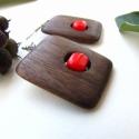 Kockapiros fülbevaló,  A fülbevaló alapja dió fából készült és e...