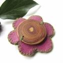 Jöjjön már a tavsz!!! Kitűző, Ciklámen, virág formájú bőr alapra varrtam eg...