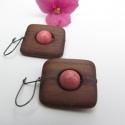 Apró rózsaszín  fülbevaló, A fülbevaló alapja diófából  készült és eg...