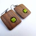 LEFOGLALVA MOLNARKÁNAK borsózöld kocka fülbevaló,  A fülbevaló alapja dió fából készült és e...
