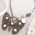 Pillangós nyaklánc fehér gyöngyökkel, Ékszer, Nyaklánc, Ékszerkészítés, Gyurma, Fehér gyöngyökkel és virággal díszített pillangós nyaklánc.  Pillangó medál mérete: 5,5 x 4,5 cm  L..., Meska