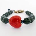 Fekete karkötő piros szívvel, Ékszer, Karkötő, 0,8 cm-es fekete lávakő gyöngyökből készített karkötő.  Díszítésként 2 cm-es piros szív alakú kerámi..., Meska