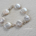Tenyésztett gyöngy  ezüst karkötő, Ékszer, Esküvő, Esküvői ékszer, Karkötő, 14 mm-es, szépséges, érme formájú tenyésztett gyöngyökkel és ezüst dróttal készítettem ezt a karkötő..., Meska