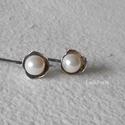 Ezüst virág fülbevaló 2., Ékszer, óra, Fülbevaló, Ékszerkészítés, Ötvös, Egyszerű kis ezüst fülbevaló virágformával, akár mindennapi viseletre. 8 mm-es swarovski kristály g..., Meska