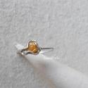 Opál ezüstbe zárva - ezüst gyűrű, Ékszer, Gyűrű, Picike, kb 5 mm-es csiszolatlan sárga opállal készítettem ezt a vékonyka ezüst gyűrűt. Egyedi darab...., Meska