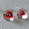 Ezüst fülbevaló pirossal, Virág formájú ezüst fülbevaló, piros színez...