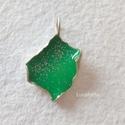 Ezüst medál zöldben, Ékszer, Medál, Ezüst medál zöld műgyantával, felületén ezüstpor díszítéssel.  A medál teljes hossza 2,6 cm.  Egyedi..., Meska