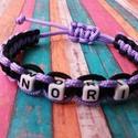 Nora karkötő, Ékszer, Karkötő, Csomózás, 2 mm-es microcord zsinórból készült karkötő NORI felirattal. Állítható méretű. Fekete - lila színű., Meska
