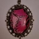 Pink medál, Ékszer, Medál, Nyaklánc, Egyedi zenfirkás rajzolás alapján készült üveglencse medál, Meska