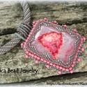 """""""LISA""""  rózsaszín achát medál gyöngyhorgolt nyakláncon, Ékszer, óra, Nyaklánc, Ékszerkészítés, Gyöngyfűzés,  A medál alapja egy rózsaszín (pink) achát kaboson. A medál 4,5 cm  széles és 6 cm magas.  Közepén ..., Meska"""