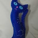 Csillagmancs - nyilas csillagjegy, Dekoráció, Dísz, Varrás, Húsz centiméter magas, kézzel varrott macska kék filcből, poliésztergolyócskákkal töltve. A szemeit..., Meska
