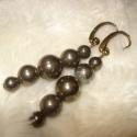 Pirit gömbös fülbevaló, Ékszer, Esküvő, Fülbevaló, 6, 8 és 10 mm-es pirit gömböket fűztem fel bronzszín pálcákra. Bronzszín fülbevaló akasztón.  Hossza..., Meska