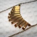 Arany hasábok -  nyaklánc, Ékszer, Esküvő, Nyaklánc, 8-22 cm-es óarany színű hasábokat rendeztem el legyező alakban. A medál két végén arany színű kúpos ..., Meska