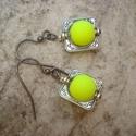 Neon sárga fülbevaló , Ékszer, Fülbevaló, 10 mm-es neon sárga gumis tapintású üveggolyókat szereltem fel fülbevaló akasztóra. Egy 15x15 mm-es ..., Meska
