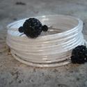 Fehér karkötő fekete shamballával, Ékszer, Esküvő, Karkötő, 3 mm-es fényes fehér szalmagyöngyök sokasága memória karkötőn 15 sorban. A karkötő két végét 10 mm-e..., Meska