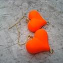 Neon narancs szív fülbevaló, Ékszer, Esküvő, Valentin napra, Fülbevaló, 2,2x1,7 cm-es, neon narancs gumis tapintású, szív alakú üveggyöngyöket szereltem fel arany színű fül..., Meska