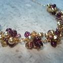 Lila-arany gyöngybogyós nyaklánc, Ékszer, Esküvő, Nyaklánc, 6 mm-es lila üveggyöngyökből és aranyszín fém gyöngyökből készült bogyókat szereltem fel arany színű..., Meska