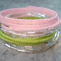 Csillogó tavasz - karkötő szett, Ékszer, Esküvő, Karkötő, 2 mm-es halvány rózsaszín és zöld kásagyöngyök, valamint tükör ezüst szalmagyöngyök 5-5 sorban memór..., Meska