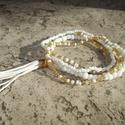 Fehér és arany karkötő kis bojttal, Ékszer, Karkötő, 4 darabból álló karkötő szett 2 és 4 mm-es fehér, illetve áttetsző aranyszín kásagyöngyökből. Gumida..., Meska