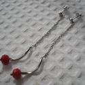 ÚJ! Karmazsin piros hosszú fülbevaló fülbevaló, Ékszer, Esküvő, Fülbevaló, Karmazsin piros csiszolt üveggyöngy, egy spirálos fém cső, valamint hosszú láncból készült egyszerű ..., Meska