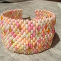 ÚJ! Muffin karkötő, Ékszer, Esküvő, Karkötő, Krém- és különböző rózsaszín, valamint sárga twin gyöngyökből fűzött 3,7 cm széles karkötő.   Hossza..., Meska