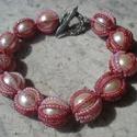 ÚJ! Gyöngyös bogyós karkötő, Ékszer, Karkötő, 12 mm-es púder színű tekla  gyöngyöket fognak közre rózsaszín kásagyöngyökből fűzött szálak.Virágos-..., Meska