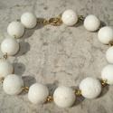 ÚJ! Fehér korall karkötő, Ékszer, Esküvő, Karkötő, 13 mm-es tört fehér korall golyók arany színű szerelékekkel. Körkapoccsal záródik.  Egyszerű, szép. ..., Meska